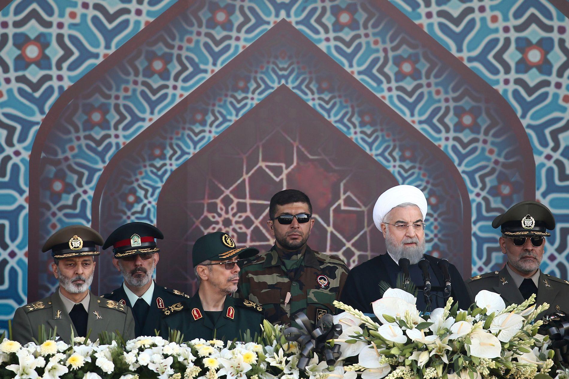 IRANS PRESIDENT: Hassan Rouhani er forberedt på uro nå som Trump skal avgjøre atomavtalens skjebne. Her fra en militærparade høsten 2017.