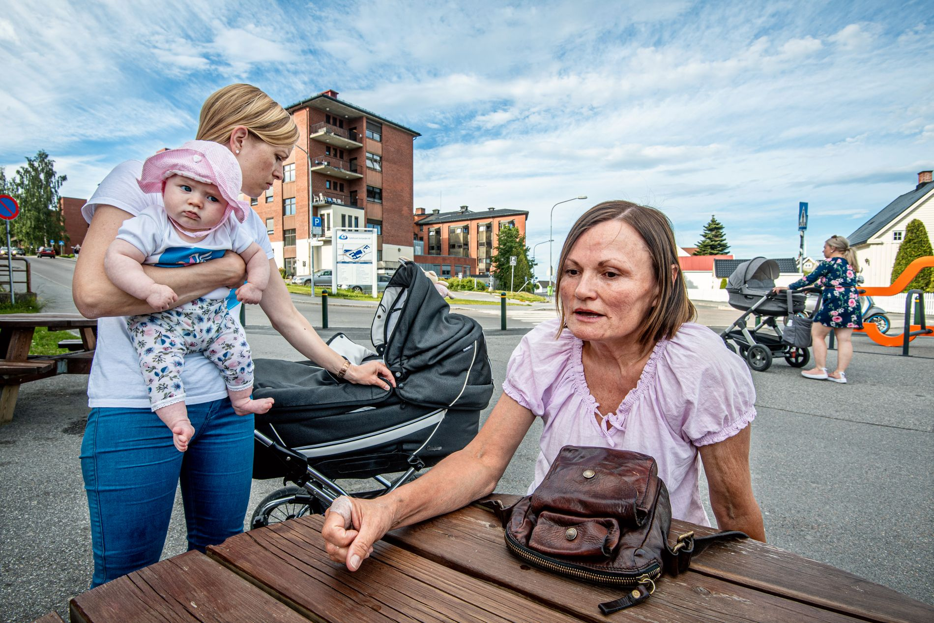 ENGASJERTE: Marianne Sundlisæter Skinner har solidaritet med andre fødende og de ansatte på fødeavdelingen. Her med datteren Evie (4 måneder) på armen og jordmor Karen Marie Jacobsen.