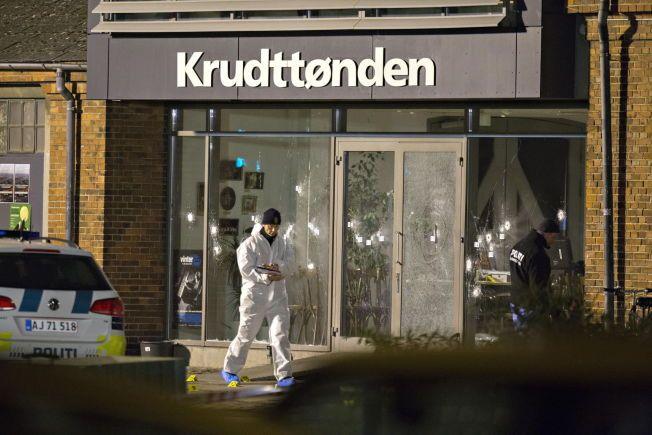 TERROR I KØBENHAVN: Krudttønden kulturhus på Østerbro i København hvor en eller flere gjerningsmenn skjøt mellom 30 og 40 skudd gjennom inngangspartiet med automatvåpen. Det var under et debattmøte med den svenske muhammedtegneren Lars Vilks at skuddene falt.