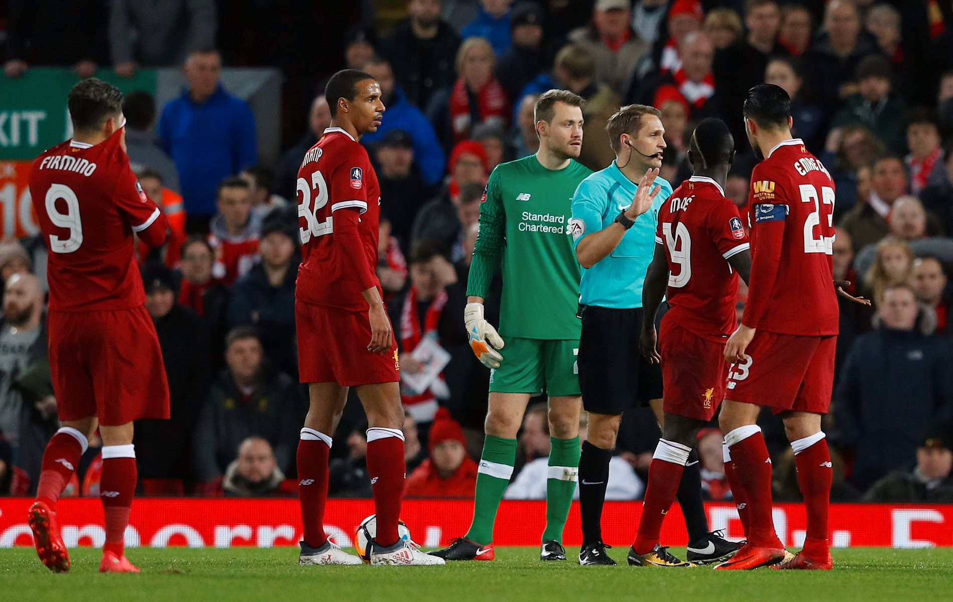 KONTROVERSIELT: Dommer Craig Pawson benytter seg av videodømming underveis i lørdagens FA-cup-oppgjør mellom Liverpool og West Bromwich.