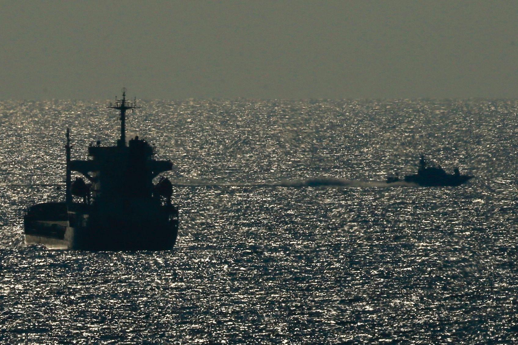Et Israelsk skip patruljerer kysten utenfor Gaza søndag ettermiddag.