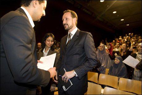 ØNSKET VELKOMMEN: Kronprins Haakon ble ønsket velkommen til Dialogmøte om hat, som ble arrangert av advokat og Venstre-politiker Abid Q. Raja på Litteraturhuset i Oslo søndag. Foto: Scanpix