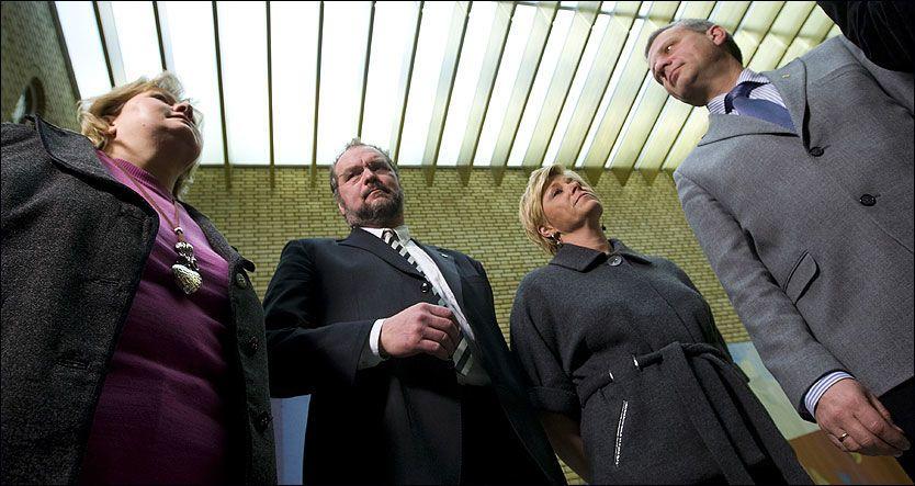KRITIKK I VANDREHALLEN: Erna Solberg, Lars Sponheim, Siv Jensen og Dagfinn Høybråten er sterkt kritiske til regjeringens håndtering av endringen i rasismeparagrafen. Foto: Scanpix