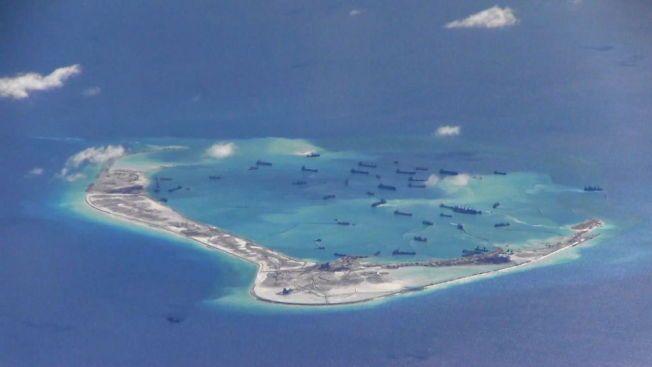 OMSTRIDT: Det amerikanske krigsskipet nærmer seg blant annet Mischief-revet, hvor Kina har drevet et oppmudringsprosjekt.