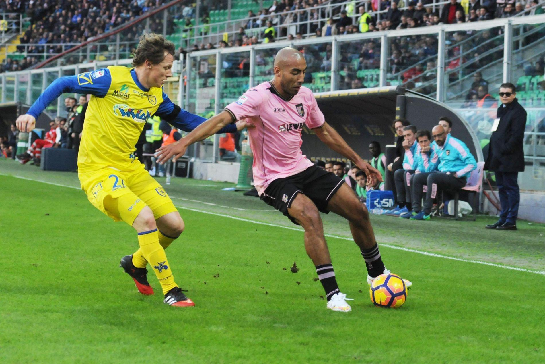 I ITALIA: Haitam Aleesami spilte Serie A-fotball for Palermo i 2016. Her er han i duell med Veronas Nicola Frey i en hjemmekamp på Renzo Barbera stadion.