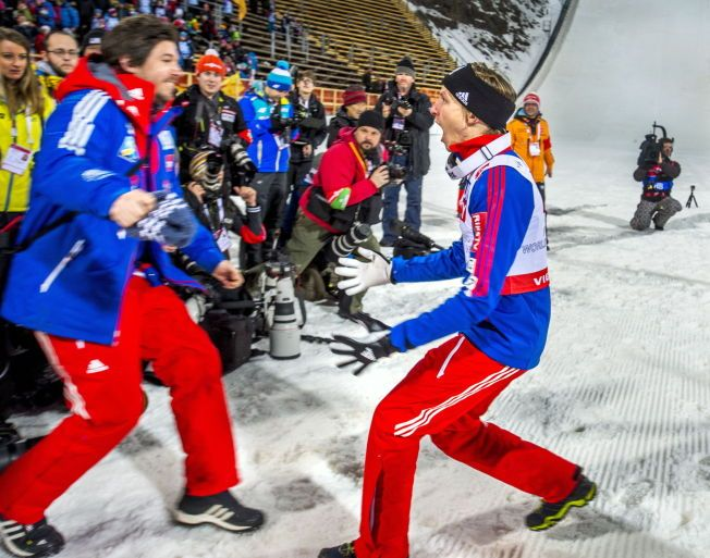 SE DEN GLEDEN: Rune Velta stuper mot trener Magnus Brevig på sletta i Falun. VM-tittelen var helt gull for begge.