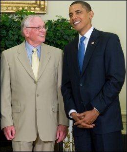 GOD STEMNING: Neil Armstrong og Barack Obama møttes under NASAs 40-årsjubileum for månelandingen i 2009. Foto: Saul Loeb, AFP, NTB Scanpix
