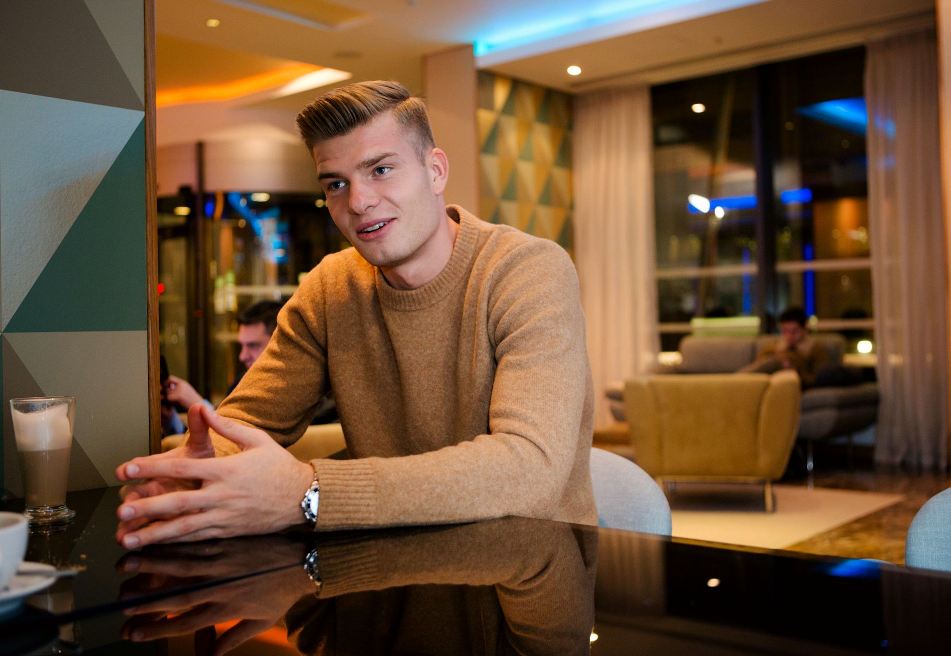 LETTET: Alexander Sørloth i samtale med VG på et hotell i London etter overgangen til Crystal Palace.