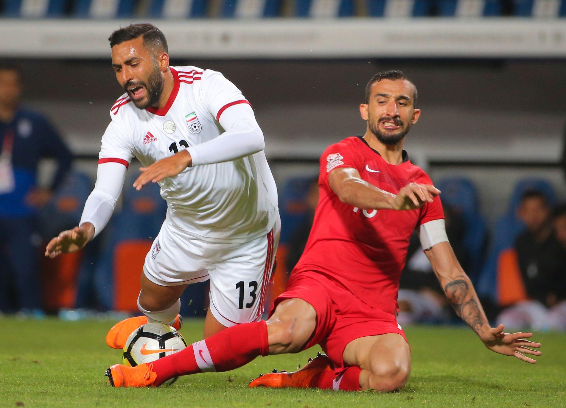 IKKE RIKTIG SKODD: Irans svenskfødte stjernespiller Saman Ghoddos (t.v) må sørge for skotøyet på egenhånd foran VM-åpningen mot Marokko torsdag. Her i treningskamp mot Mehmet Topal og Tyrkia for to uker siden.