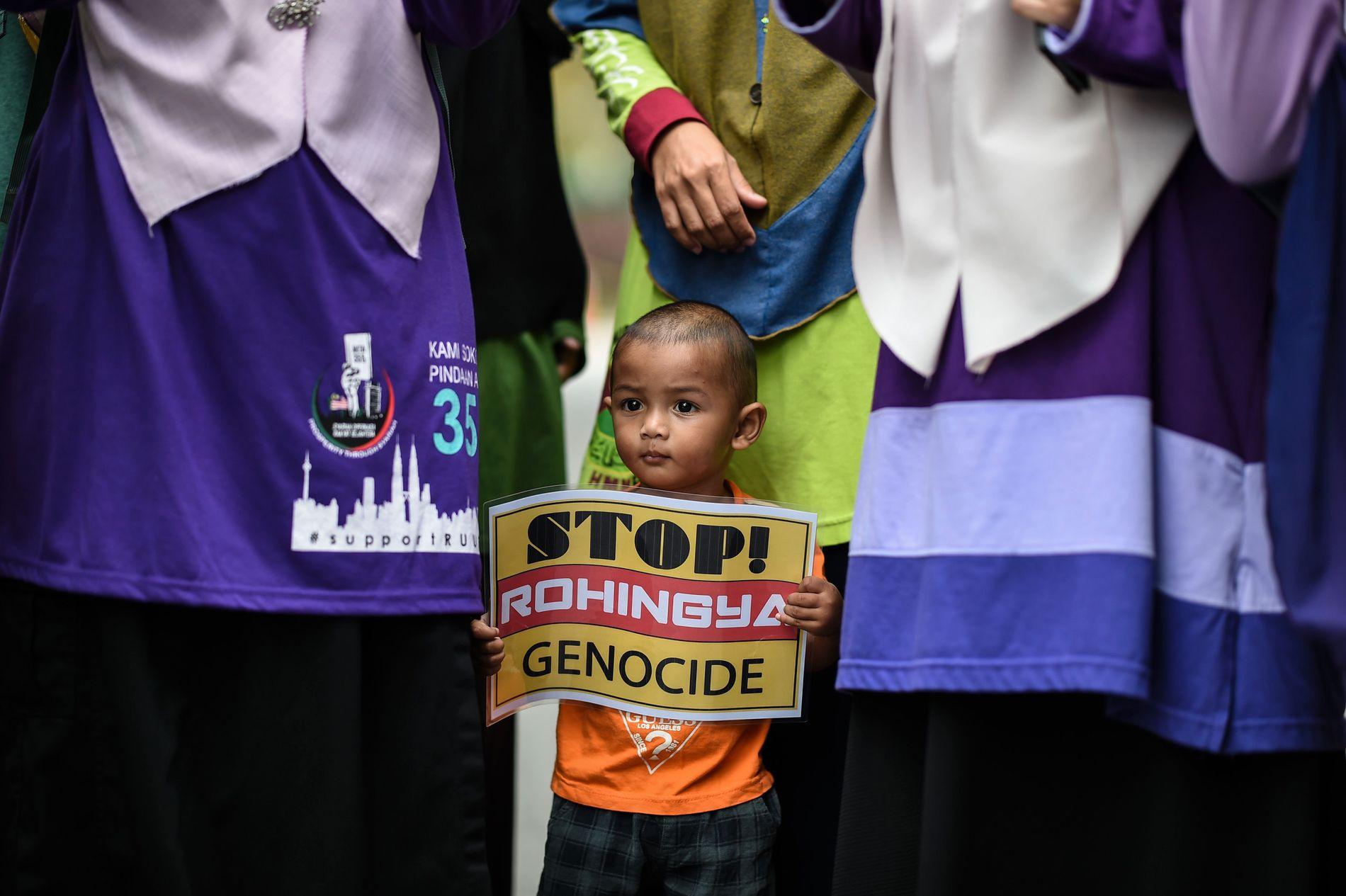 MALAYSIA: En ung gutt holder opp et skilt under en demonstrasjon mot forfølgelsen av den muslimske Rohingya-minoriteten i Myanmar onsdag.