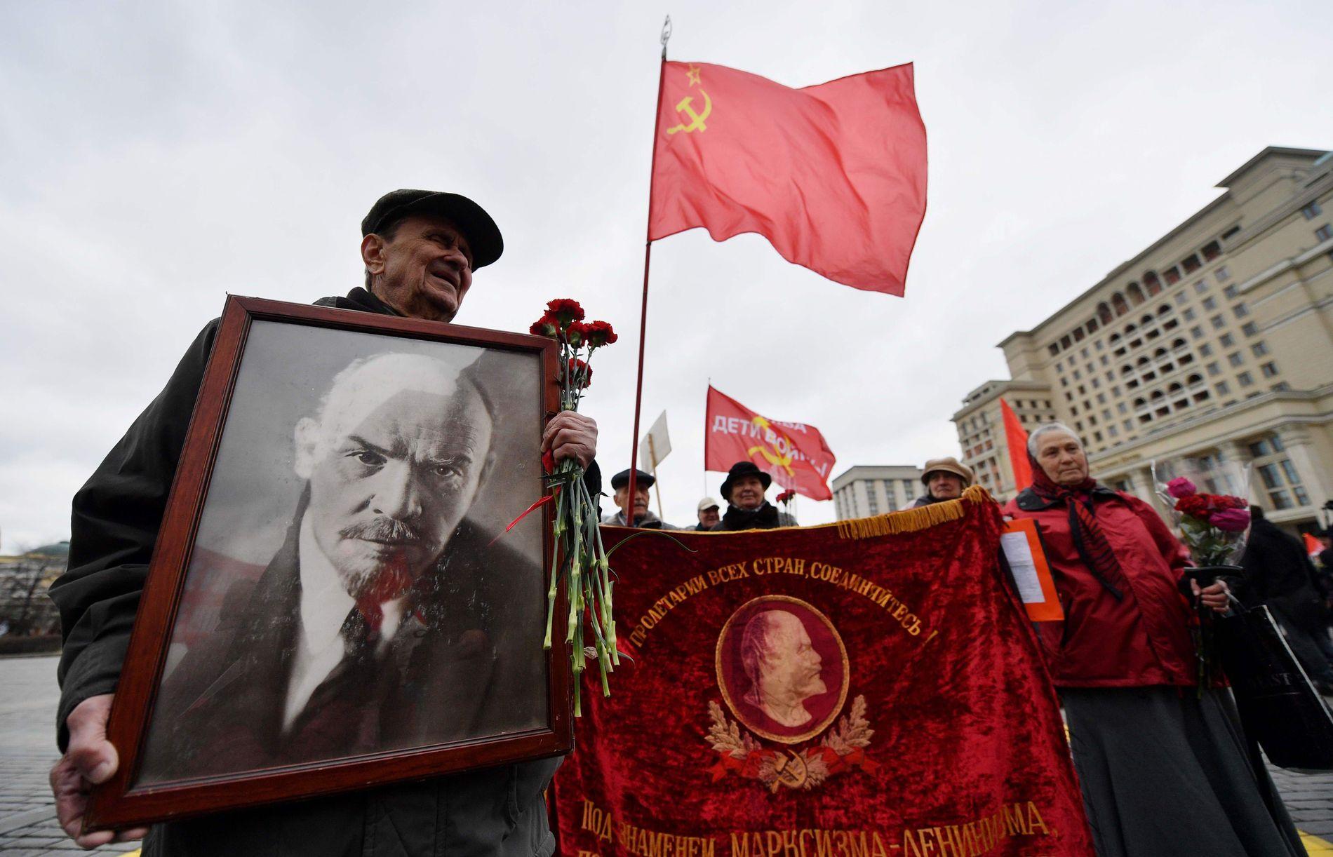 FEIRER: Kommunistene markerer fortsatt de gamle årsdagene, som for eksempel Lenins fødsel. Her viser de fram et Lenin-portrett, et Sovjetflagg og en fane med «Proletarer i alle land, foren dere».