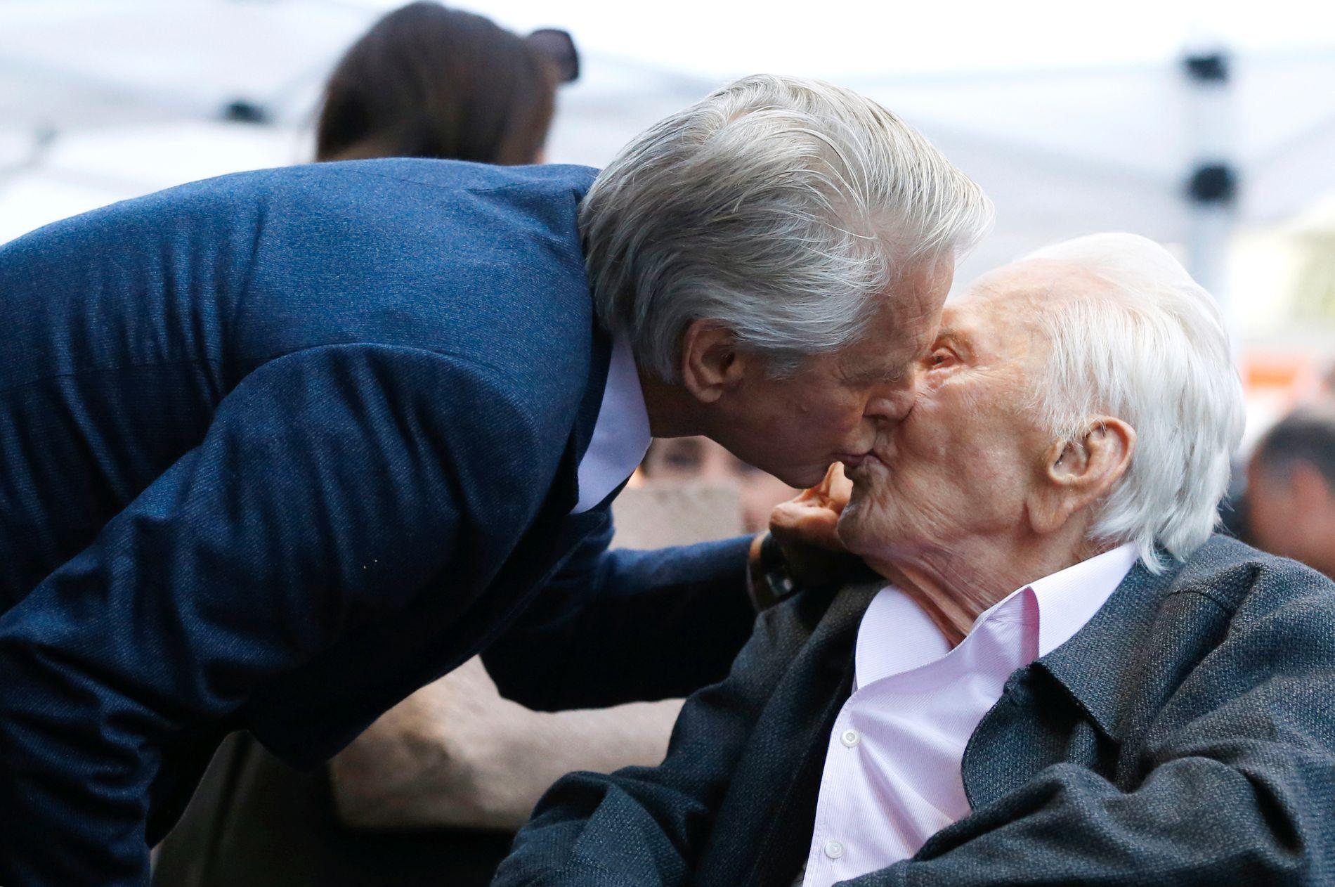 KJÆRLIG: Michael Douglas viste for alle de fremmøtte hvor nært forhold han har til sin like berømte far, Kirk Douglas, på mandagens seremoni.