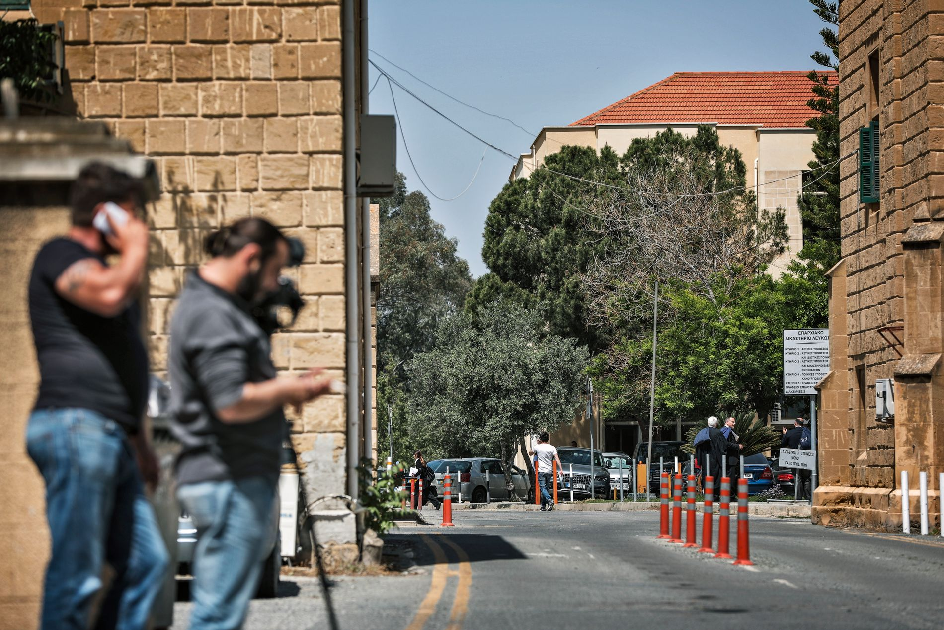 UTENFOR RETTSLOKALET: Fire personer ble fremstilt for varetektsfengsling i Nikosia på Kypros fredag. FOTO: JØRGEN BRAASTAD, VG