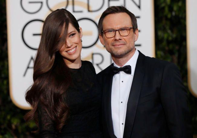 FØRSTE PRIS: Christian Slater vant sin første pris noensinne, og takket kona Brittany Lopez.