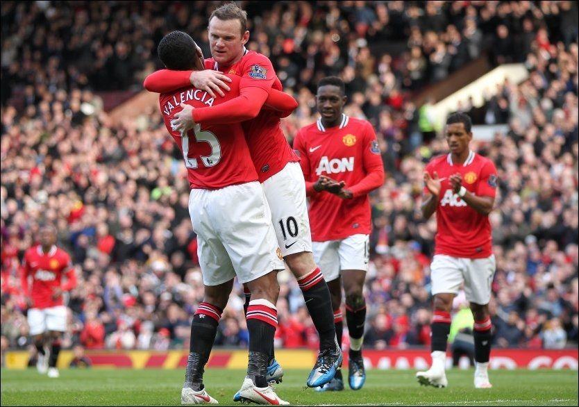 FEIRER Wayne Rooney feirer her sammen med Antonio Valencia etter det tredje målet mot Aston Villa. Med seier i ettermiddag har United mulighet til å sikre ligagullet på erkerivalens gress neste helg. Foto: Mike Egerton / PA