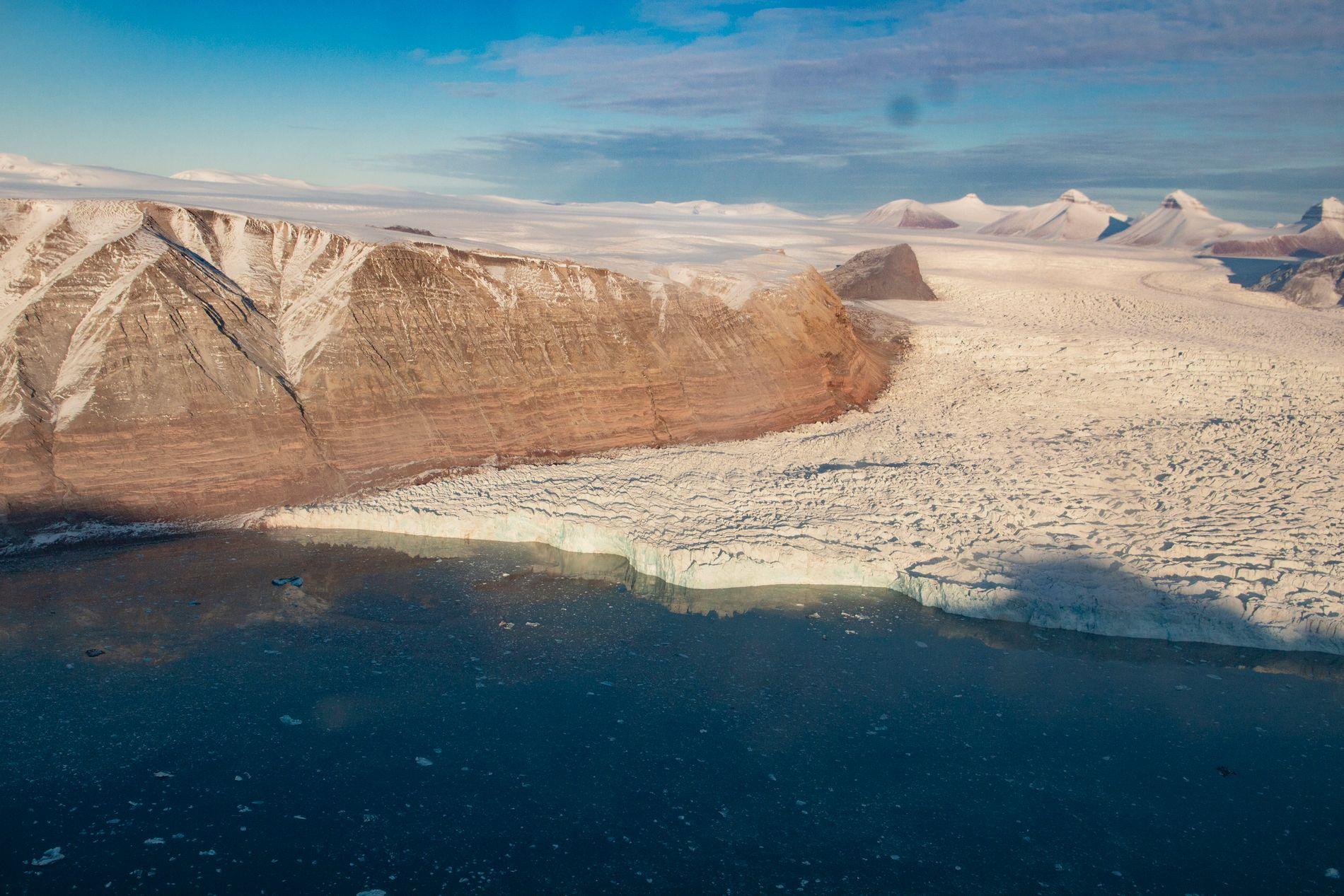 En av de store isbreene som kalver ut i Kongsfjorden ved Ny-Ålesund på Svalbard. Om 80 år er denne trolig mye mindre, dersom utslippet av klimagasser fortsetter å øke i dagens takt. Foto: Are Føli / NTB scanpix.