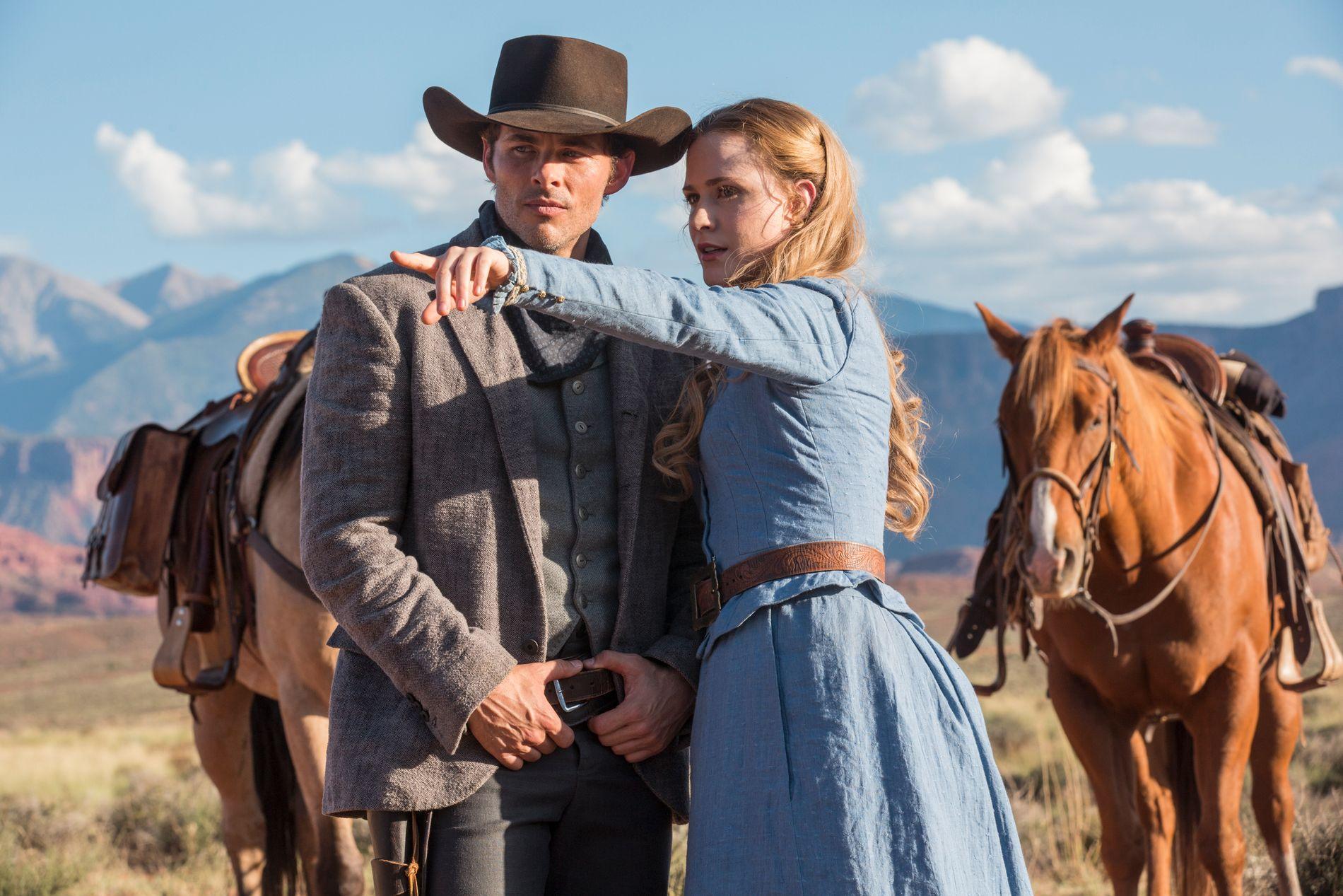 IDYLL: Her James Mardsen som Teddy og Evan Rachel Wood som Dolores i et mer idyllisk øyeblikk av «Westworld».