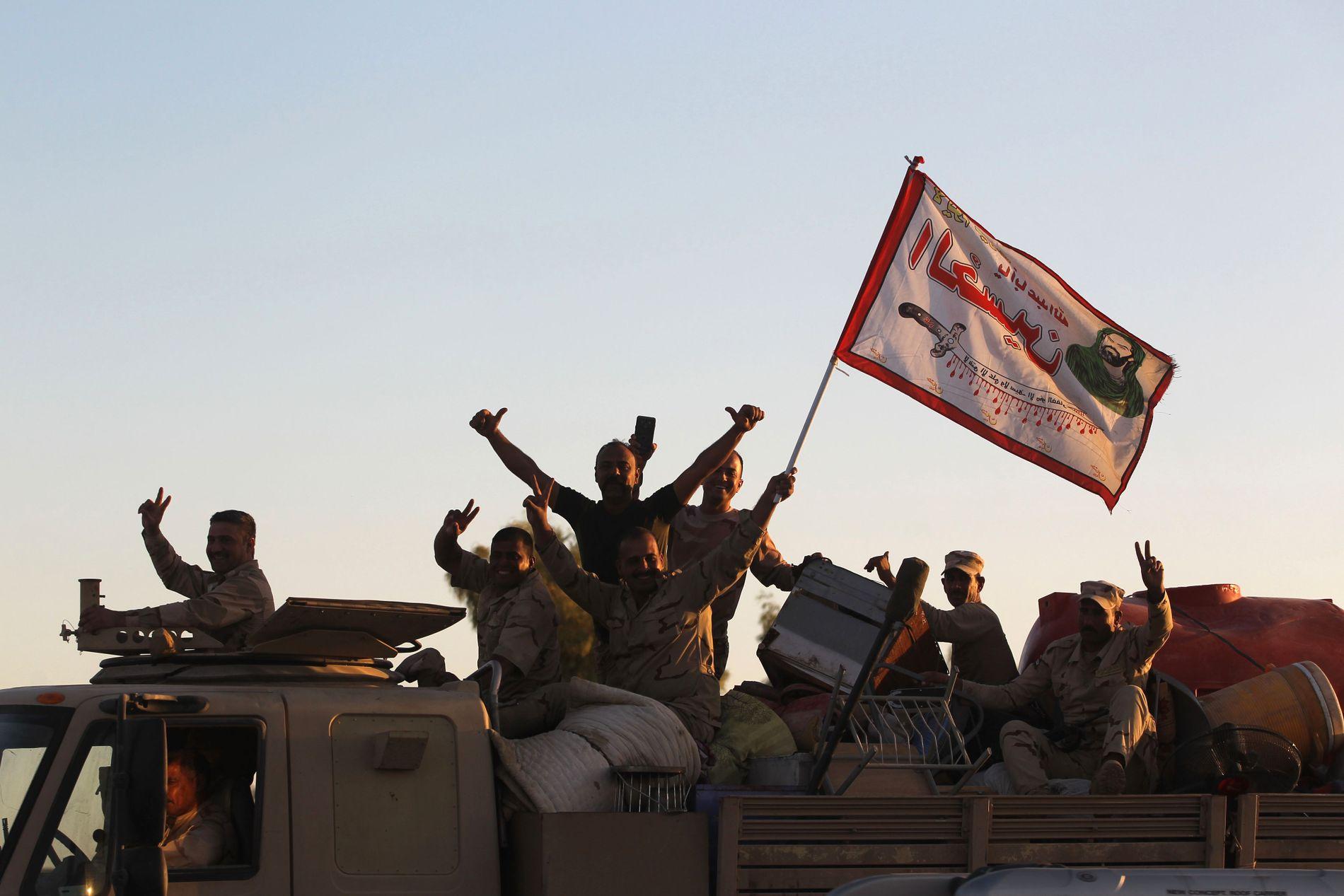 IRAKISK OFFENSIV: Irakiske soldater feiret gjenerobringen av Kirkuk tirsdag, etter å ha drevet kurdiske peshmerga ut av byen.