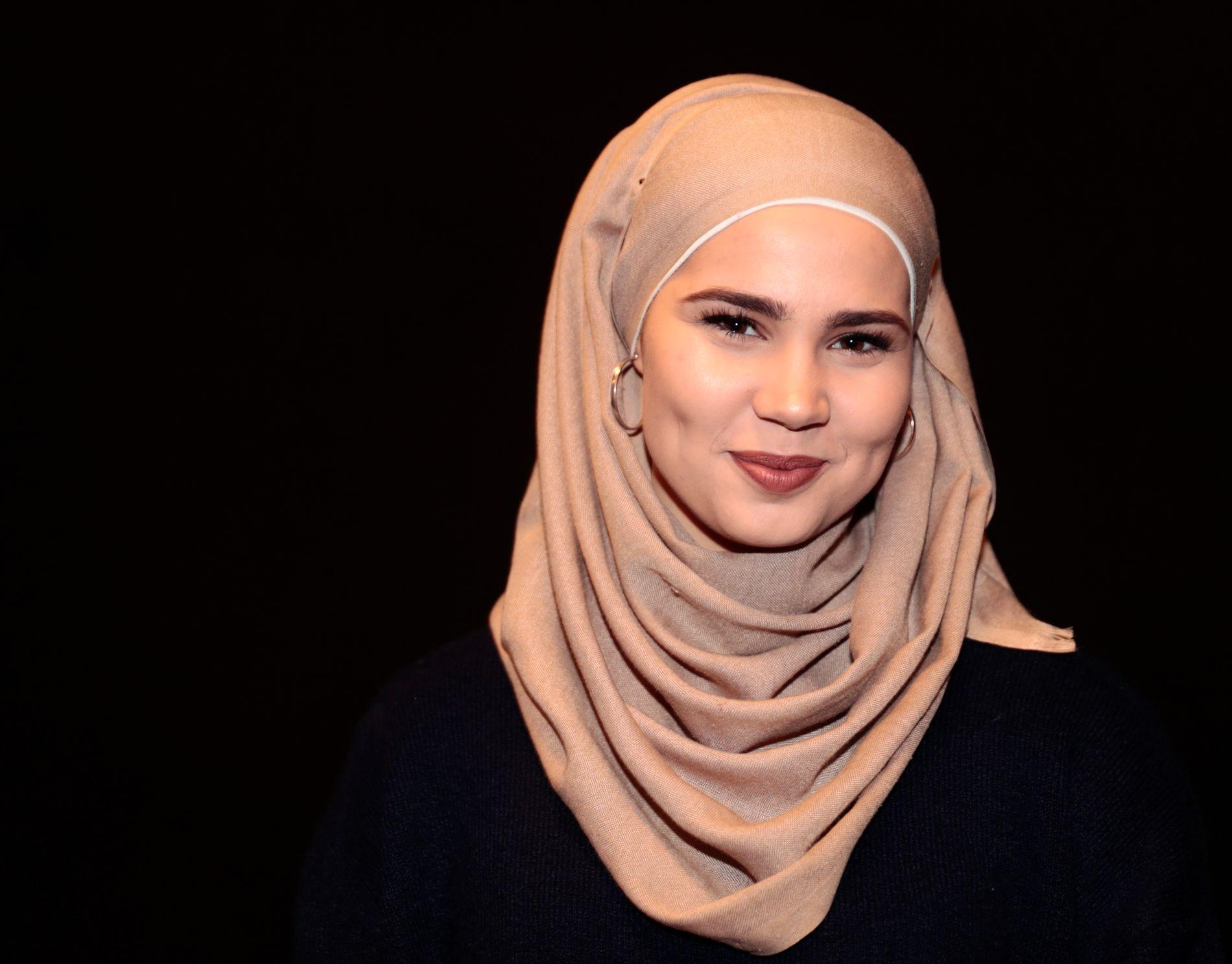 BOK-DEBUTERER: Iman Meskini bruker fritiden i militæret på å jobbe med en bok om hijab som kommer til høsten.