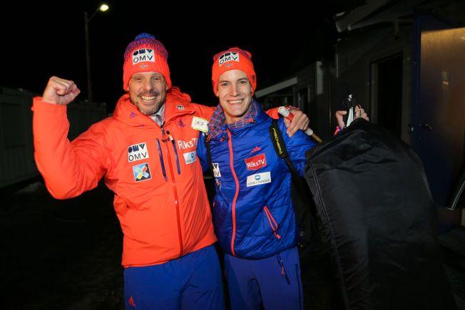 FULL JUBEL: Landslagstrener Alexander Stöckl holder i Kenneth Gangnes og jubler sammen med han på vei ut av OL-bakken på Lillehammer i kveld.