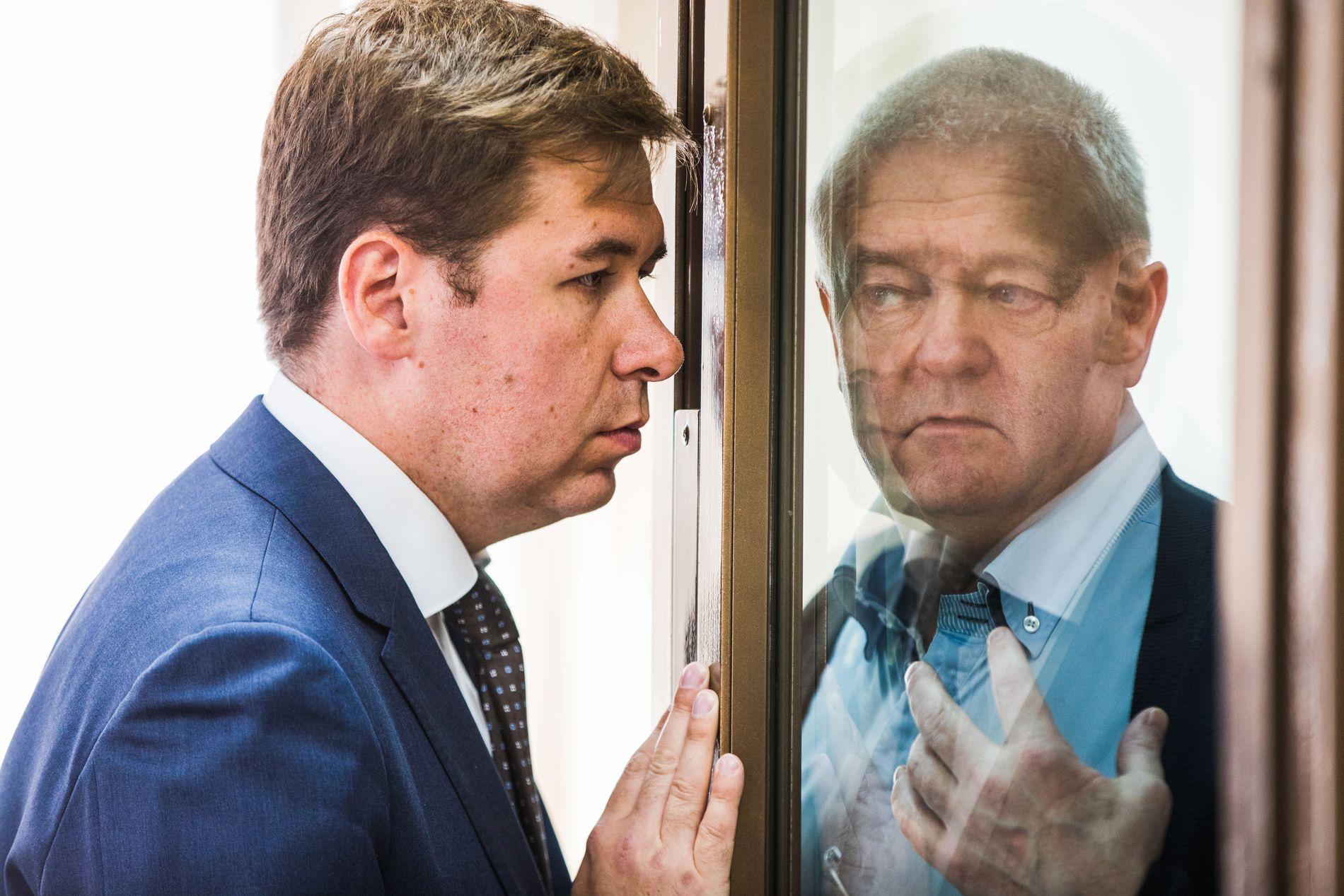 FENGSLET: Frode bergs russiske advokat, Ilja Novikov, snakker med klienten sin i retten i Moskva.