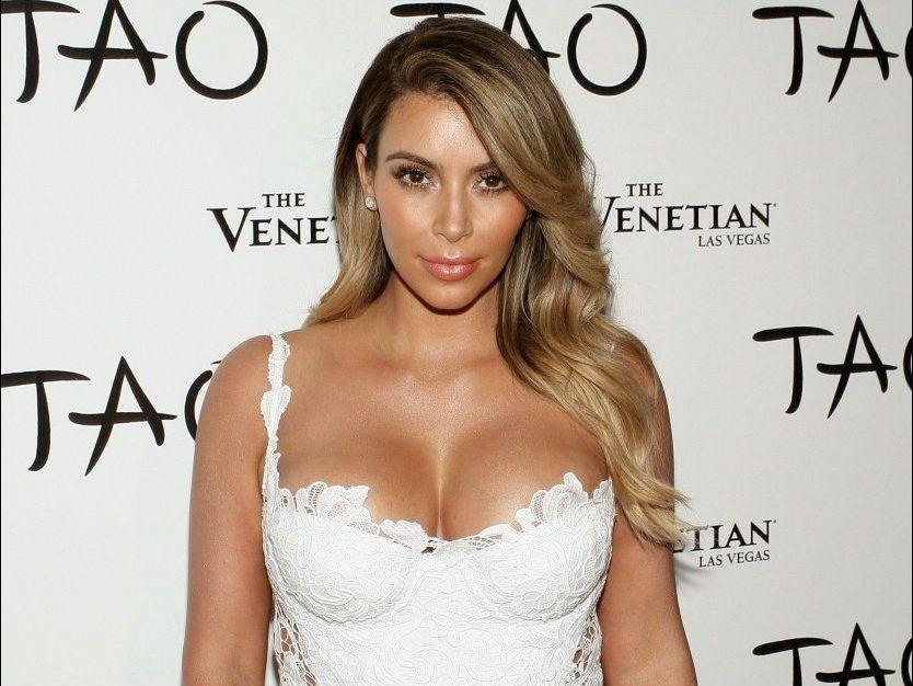 f99e02447 Kim Kardashian toppløs i kjæresten nye musikkvideo