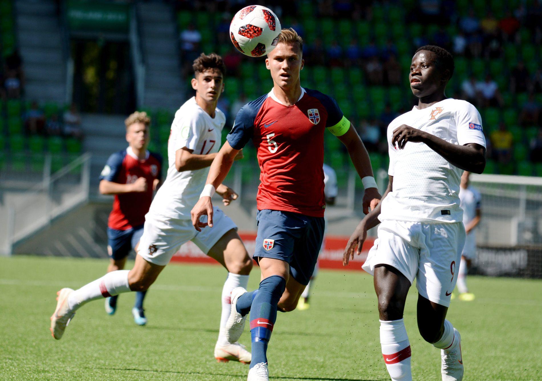 TIL ENGLAND: Leo Skiri Østigård, her i aksjon mot Portugal under U19-EM i sommer.