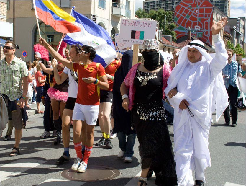 PARADE: Homofile Alexander (t.h.) var en av mange som fritt kunne vise sin seksuelle legning under Skeive dager-paraden på Grønland. Foto: Helene Skjeggestad