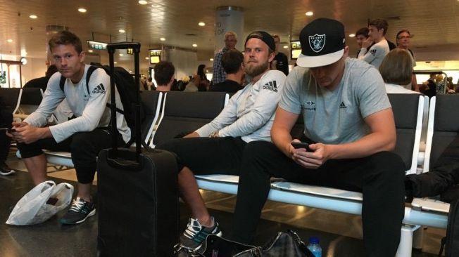 SLITNE: Spillerne Matthias Vilhjalmsson, Christian Grytkjær og Pål André Helland stålsetter seg for en natt på flyplassen.