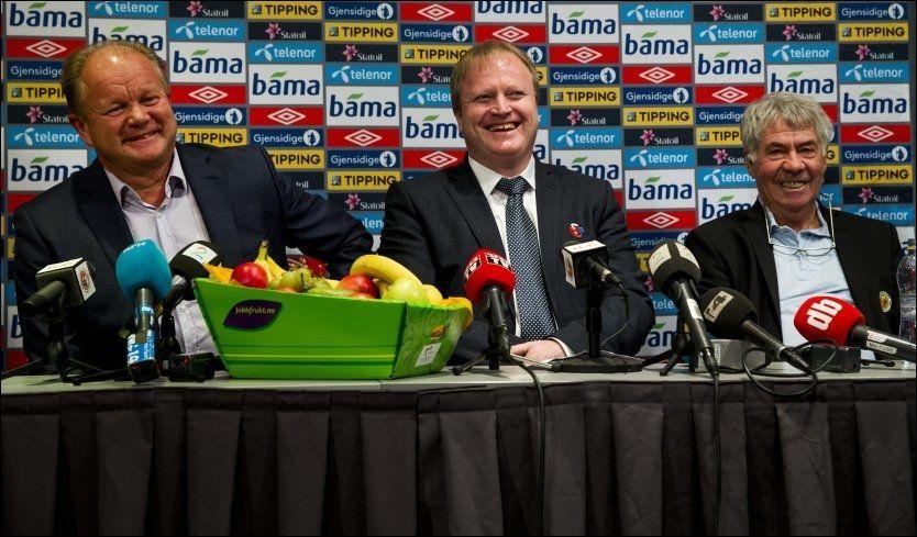 SOLGT: Fotballpresident Yngve Hallén (midten) er tydelig på at Per-Mathias Høgmo (t.v.) er rett mann til å etterfølge Egil «Drillo» Olsen som ny landslagssjef. Foto: Erlend Aas/NTB scanpix
