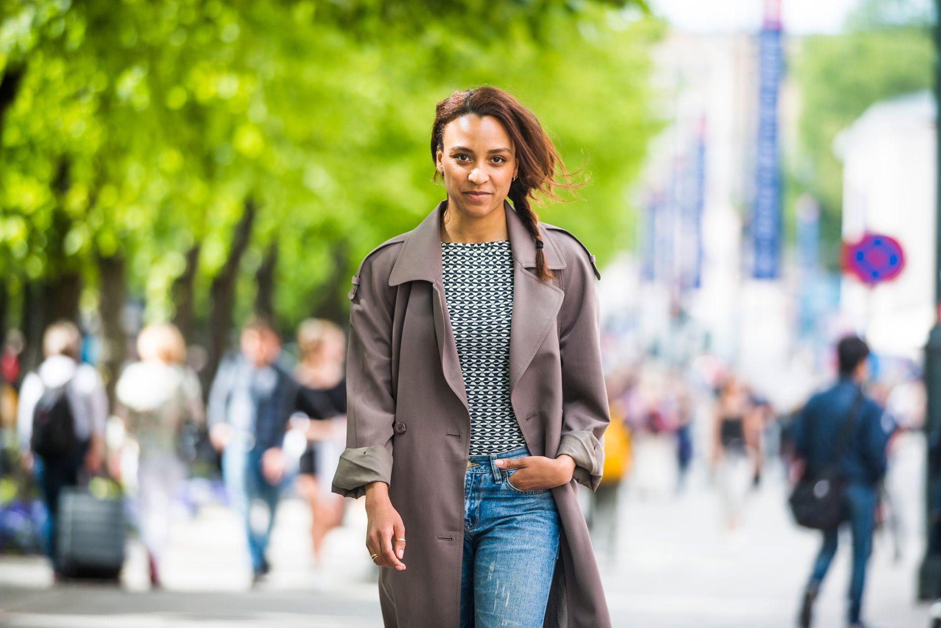 PRIVAT: Evelyn Rasmussen Osazuwa på gaten hjemme i Oslo, iført et av sine favorittplagg - oldemors gamle frakk.