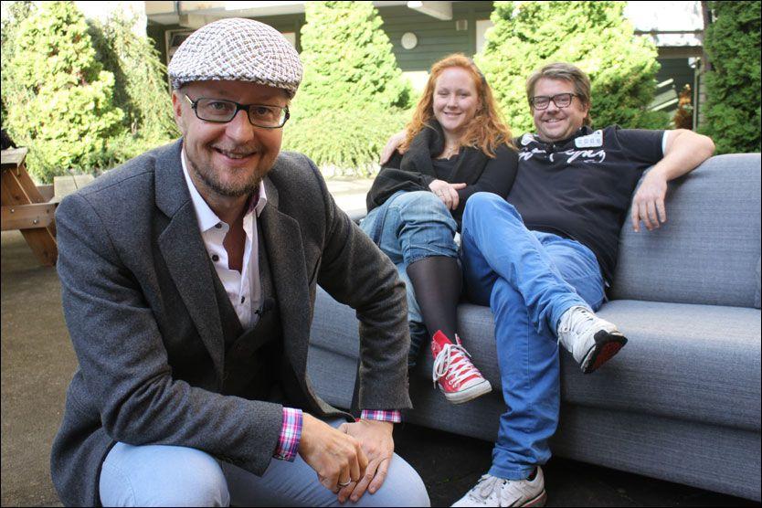 REISER NORGE RUNDT: Programleder Sigurd Sollien og «Oppgrader!» - her på besøk hos kjæresteparet Dennis og Kari på Majorstua i Oslo. Foto: TV 2