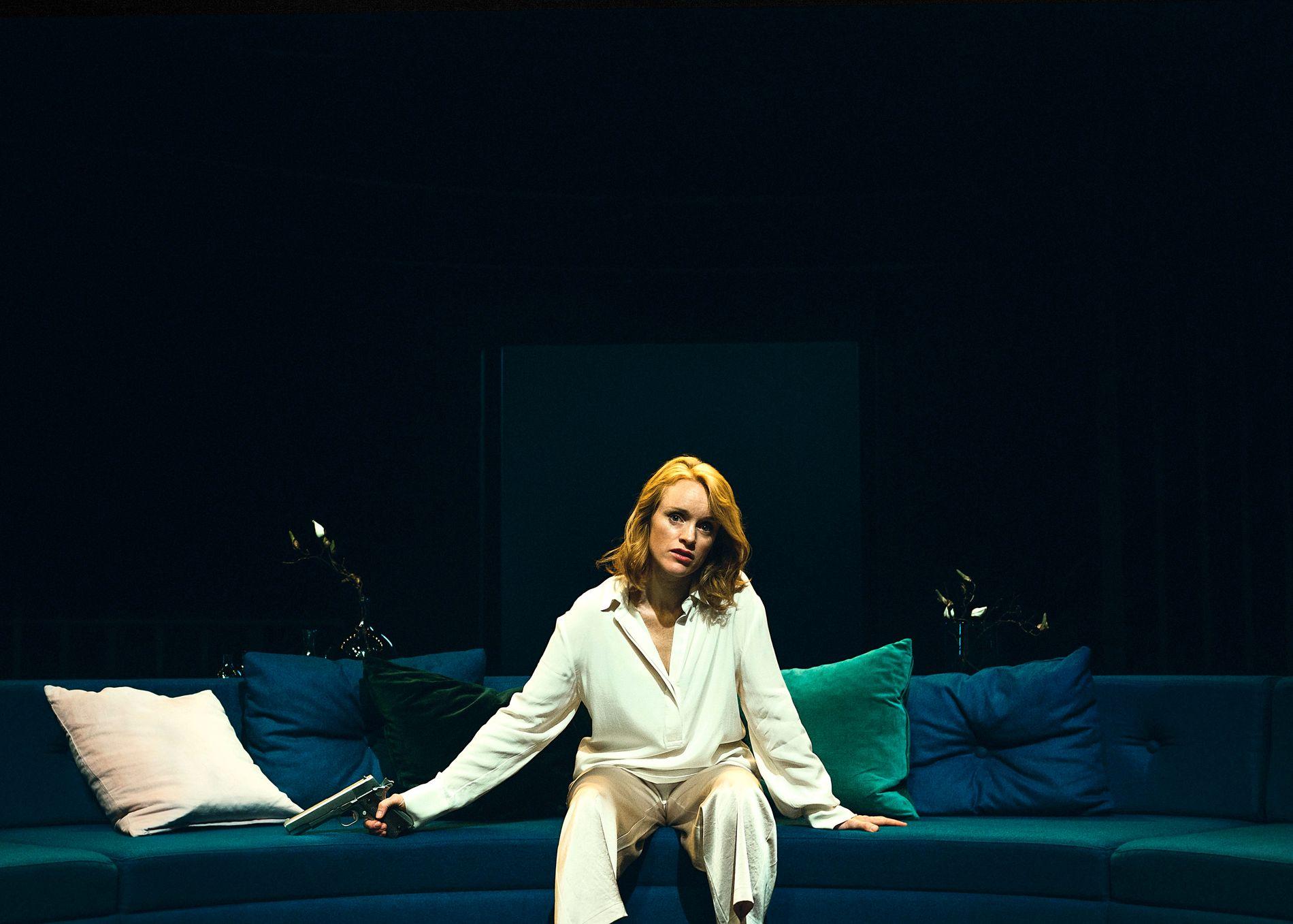 ENSOM: Kjersti Botn Sandal – en ensom Hedda Gabler. Foto: ERIKA HEBBERT