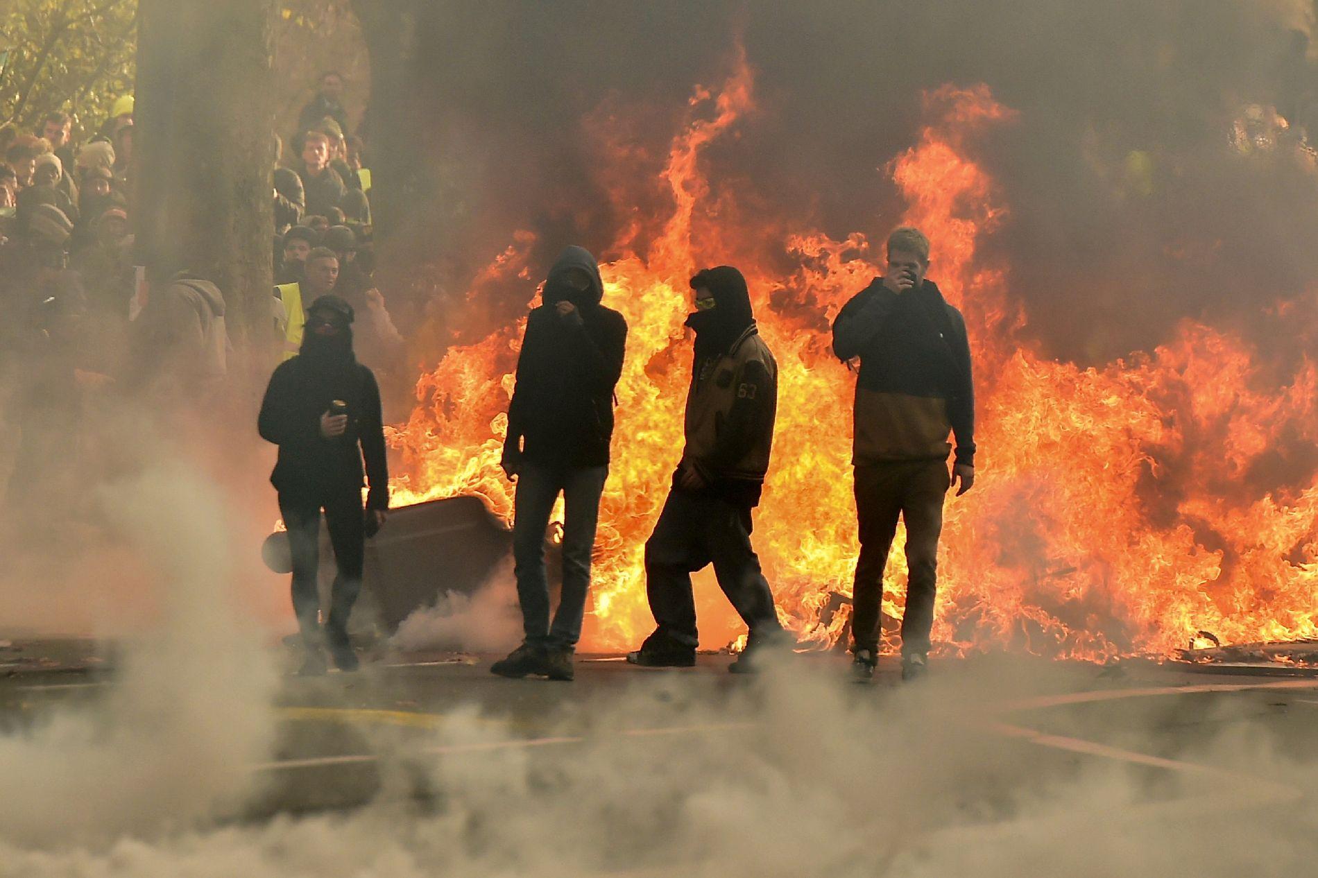 LEI: Demonstrantene i «gule vester»-bevegelsen viser sin motstand mot høye levekostnader i Toulouse. Bildet er fra lørdag 8. desember.