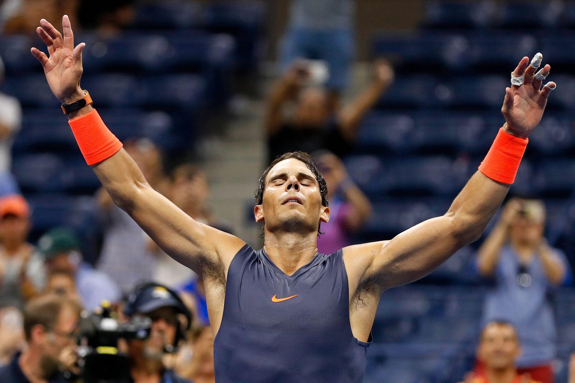 SLITEN OG LETTET: Rafael Nadal jubler for seieren etter å ha spilt til langt på natt i New York.