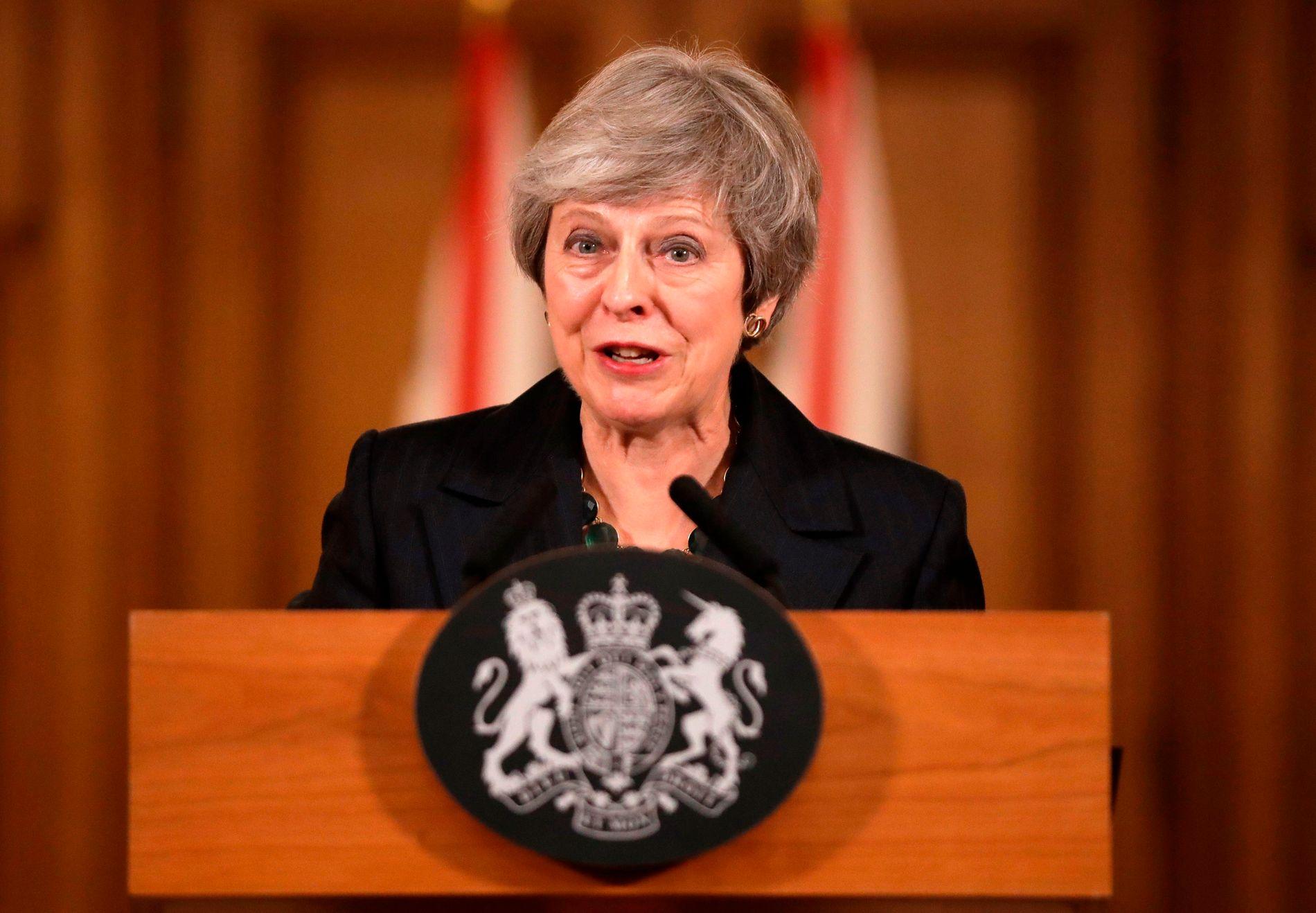 STÅR FAST VED BREXIT: Torsdag ettermiddag holdt statsminister Theresa May en pressekonferanse om den kaotiske situasjonen som har oppstått etter at utkastet til brexitavtalen ble offentliggjort onsdag.