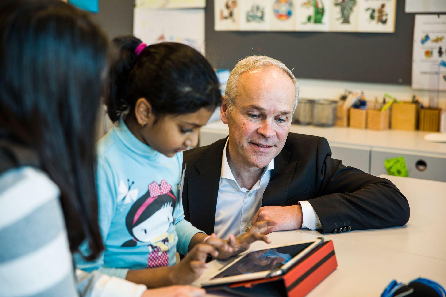 MØTER ELEVER: Kunnskaps- og integreringsminister Jan Tore Sanner (H) avbildet da han møtte elever i en mottaksklasse på Bondi skole i Asker tidligere i vinter.
