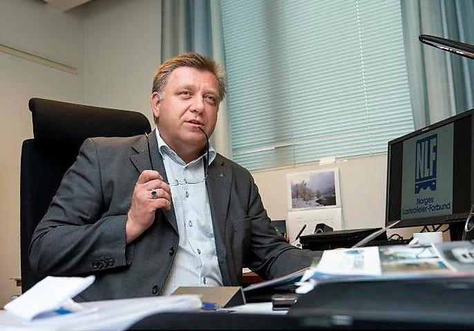 INVITERER PÅ LASTEBILTUR: Rasmus Hansson bør snarest komme seg inn i førerhytta på en lastebil og få innsikt i lastebileiernes økonomiske hverdag, mener Geir A. Mo i Lastebileierforbundet.