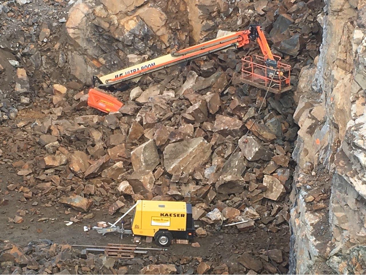 RASTE UT: Steinmassene raste ut over en bomlift som sto parkert for natten.
