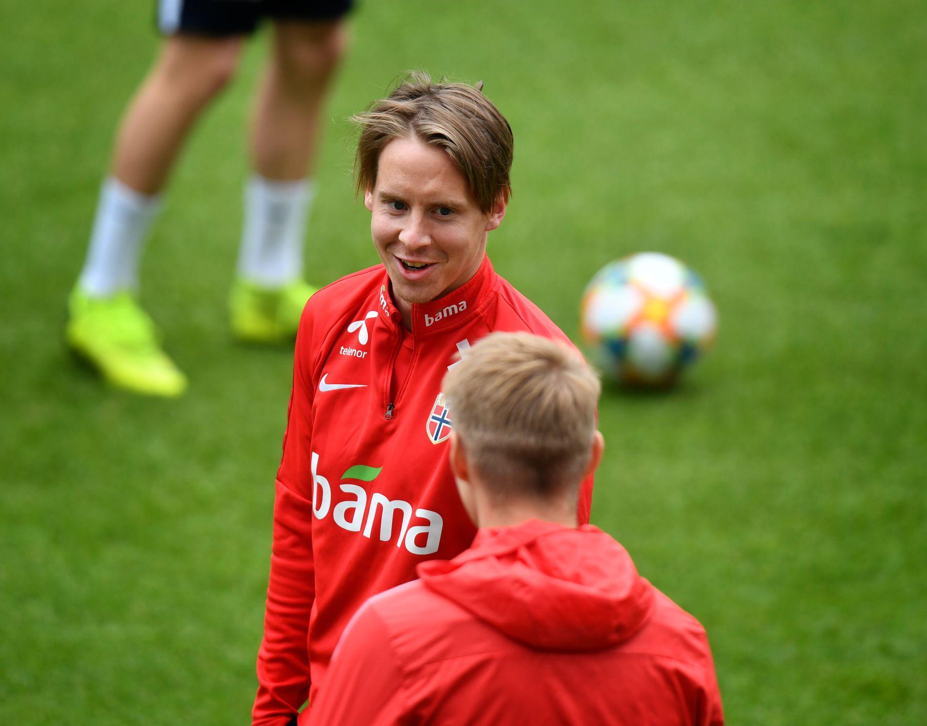 GODT ØYE TIL MARTIN: Stefan Johansen gir Martin Ødegaard et lite smil under en landslagstrening denne uken.