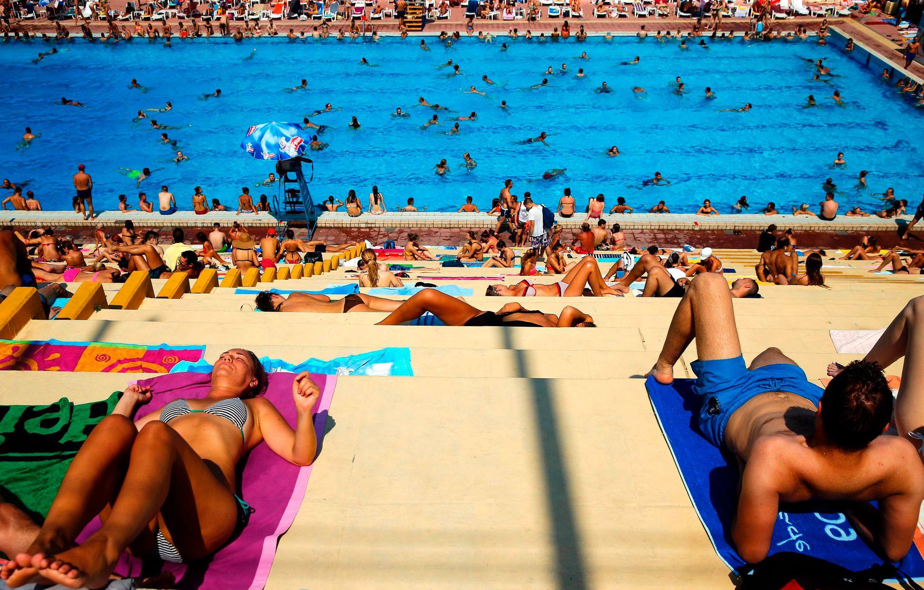 GLOVARMT: Folk strømmer til svømmebassengene i Beograd, Serbia når temperaturen kryper over 40 grader som følge av hetebølgen. FOTO: AFP / PEDJA MILOSAVLJEVIC