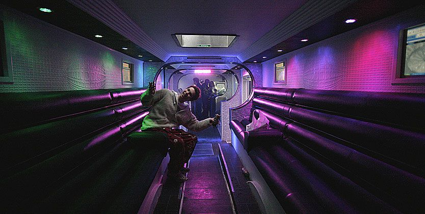 EKSLUSIVT: Didrik Sonerud viser stolt frem innsiden av bussen som bærer et ekslusivt preg med 6 LCD-skjermer, seter av imitert skinn og RGB-spotter i taket med flere millioner farger.