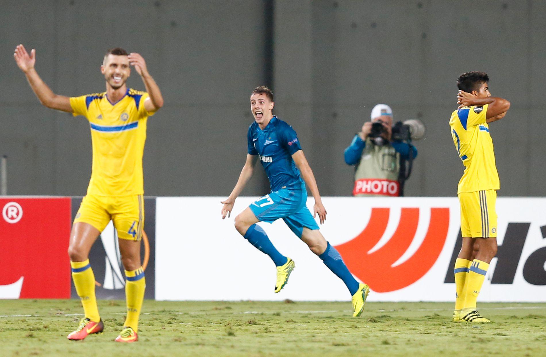 ER DET MULIG? Luka Djordjevic kan nesten ikke tro det er sant etter å ha satt inn Zenits seiermål i kampens siste minutt. Maccabi Tel Aviv-spillerne fortviler etter å ha ledet 3-0 et kvarter tidligere.