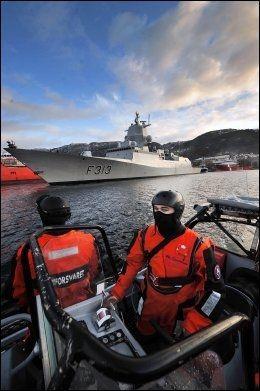 ØVER: Mannskapet på KNM «Helge Ingstad» øver på egenbeskyttelse under Øvelse Vestland utenfor Bergen i november. Foto: Marthe Brendefur/Forsvaret