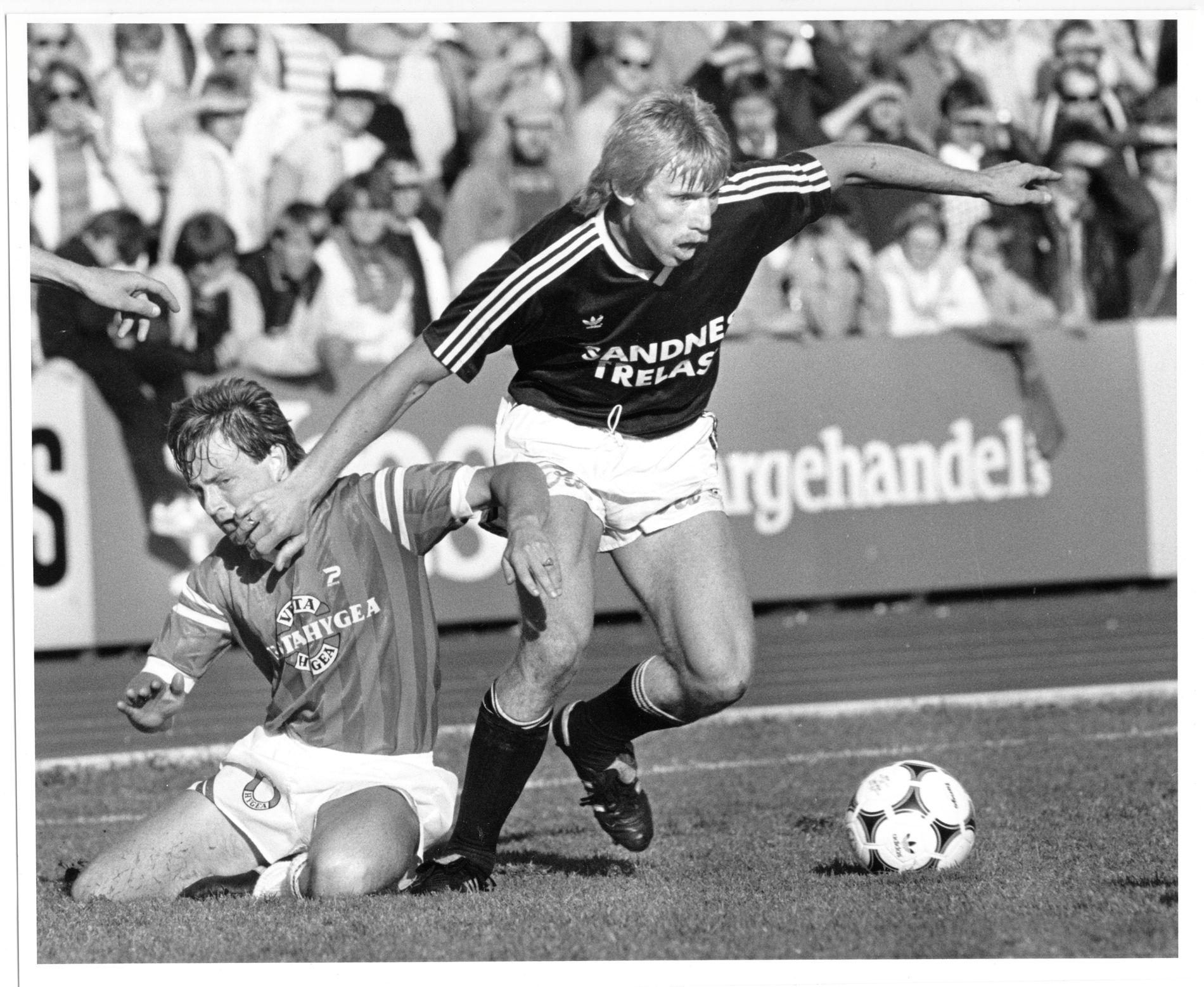 PAPPA RISA: Klassisk oppgjør på Vestlandet i 1985. Branns Terje Risa (t.v.) i duell med Viking-spiller Nils Ove Hellvik i sort/hvitt-tiden.