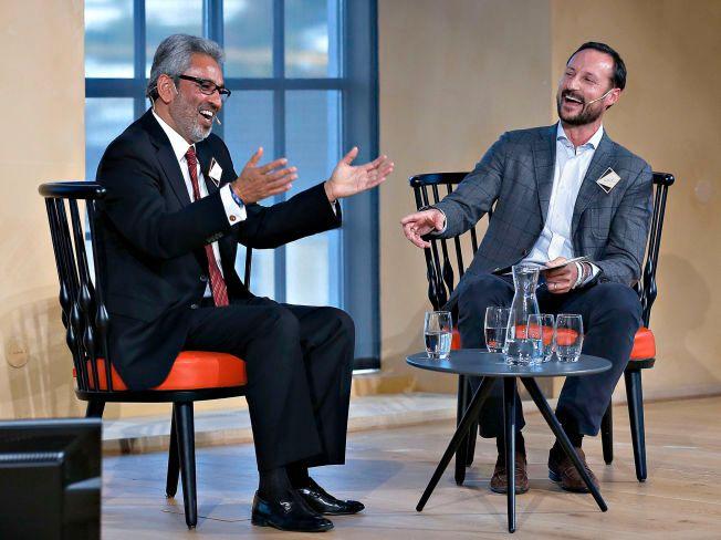GOD STEMNING: Kronprins Haakon i munter samtale med generalsekretæren i The World Council of Religious Leaders, Bawa Jain.