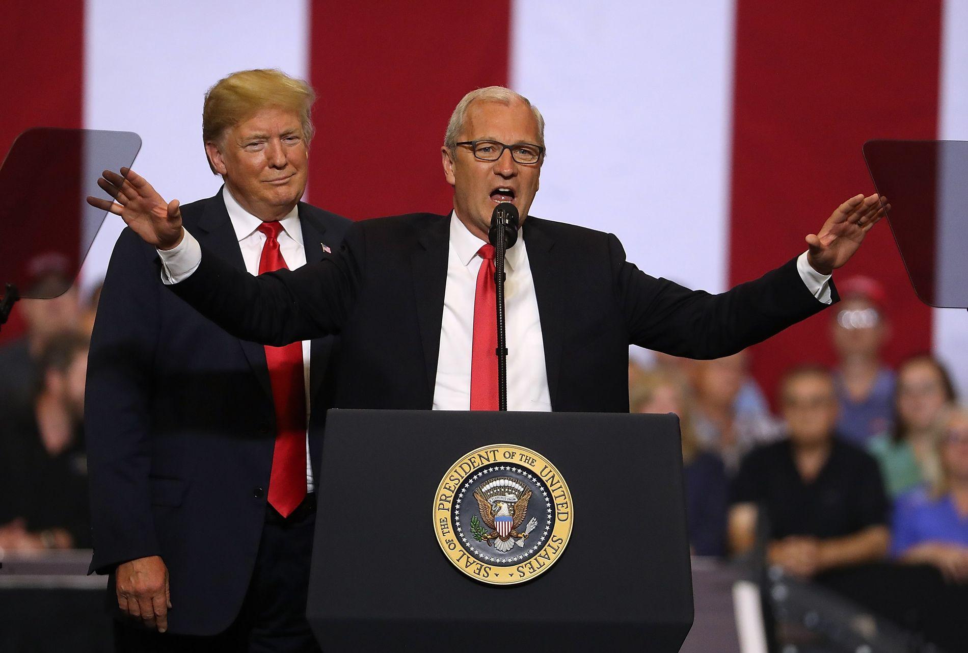 VALGKAMP: President Donald Trump deltar på en valgkamparrangement med Kevin Cramer i Fargo i Nord-Dakota 27. juni. Cramer er republikanernes kandidat som senator i mellomvalget 6. november.