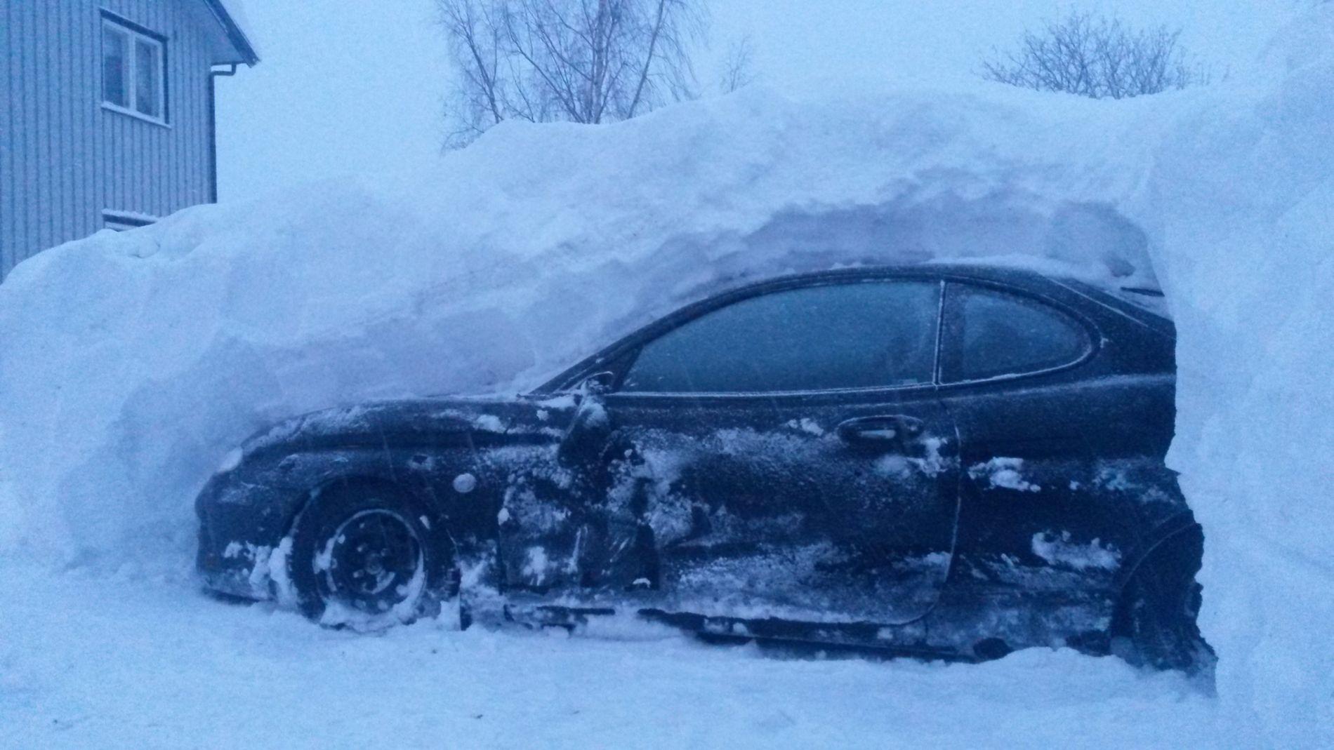 TOK TRE TIMER: Arild Løvli fra Mesnali i Hedmark var redd taket på bilen skulle klemme sammen på grunn av snøen.
