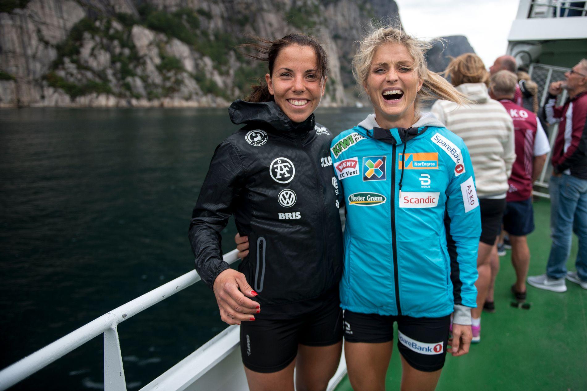 GOD TONE: Charlotte Kalla og Therese Johaug er rivaler i løypa, men utenfor har de en god tone. Her er de på vei til Lysebotn Opp i sommer.