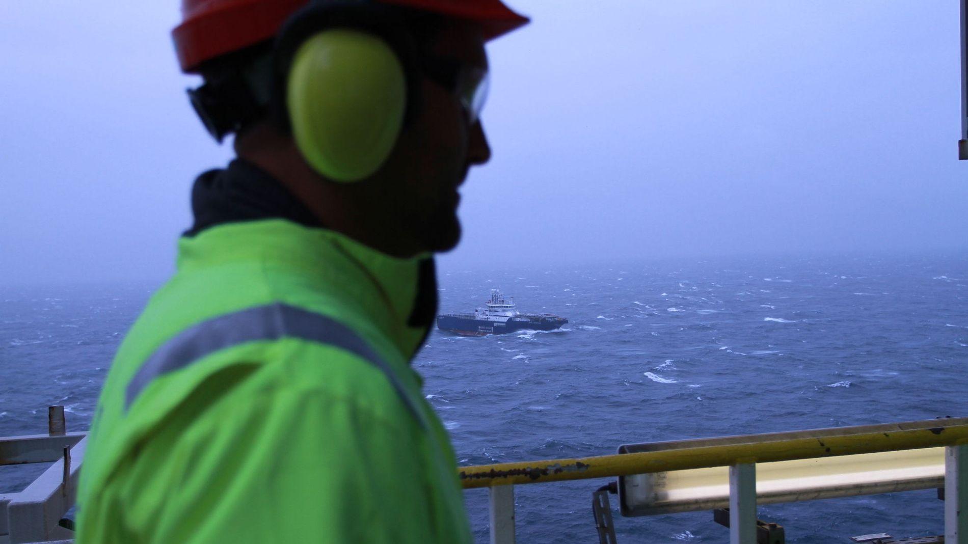 JOBBENE FORSVINNER: En oljearbeider på Troll A-plattformen i Nordsjøen.